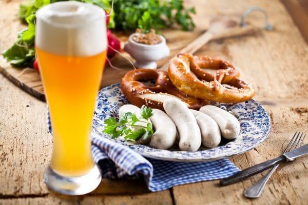 Oktoberfest weißwurste mit breze und bier